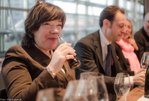 Christina Fischer mit dem neuen Riedel Cola-Glas