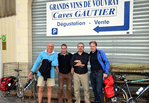 Von links: Christophe Marzais von Detours de Loire, Jean‐Marc Gilet von der AOC Vouvray Domaine de la Rouletière (dessen Weine wir hier auch probierten), Benoît Gautier der Inhaber der Domaine Jean‐Michel Gautier und der Autor dieser Zeilen.